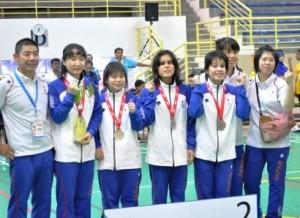 銀メダルの日本チーム。江黒直樹ヘッドコーチ(写真一番左)、小宮正江アシスタントコーチ(写真右から二番目)。
