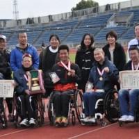 優勝の福岡チーム (写真一番左)主将の洞ノ上選手