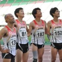 リレーメンバー、右から多川選手、佐藤選手、芦田選手、山本選手