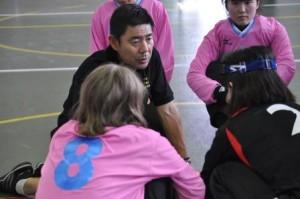 選手たちと話をする江黒ヘッドコーチ