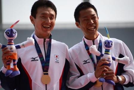 表彰され笑顔の和田選手(左)、ガイドの今木さん(右)