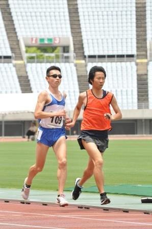 和田伸也選手、今年6月の日本選手権での走り。右は、インチョンでもともに走る今木一充ガイド。長居陸上競技場/撮影・河原由香里
