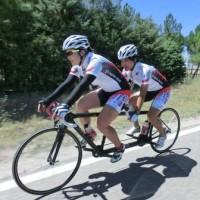 写真提供 日本パラサイクリング連盟/練習中の鹿沼由理恵選手(右)。パイロットは8月のロード世界選手権でペアを組み、金メダルを獲得した田中まい選手