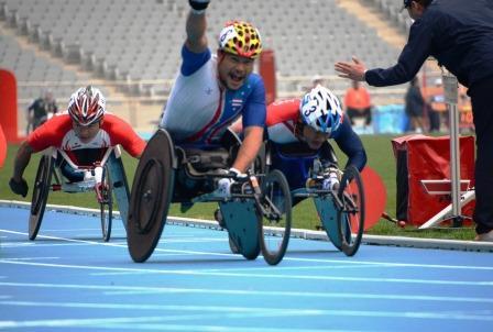 男子T54 1500m決勝 写真中央、金メダルを獲得したタイのTANA Rawat選手。写真左が樋口選手