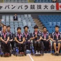 庄子健選手(右から4人目)と堀貴志選手(同2人目)は、10月にカナダ代表を招いて開かれた国際親善試合「ジャパンパラ競技大会」に日本代表Bチームの一員として銅メダル獲得に貢献した=2014年10月12日/千葉ポートアリーナ―(千葉市)/撮影:星野恭子