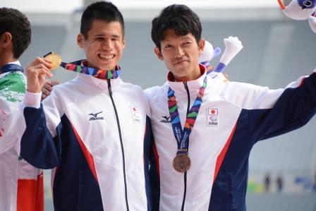 表彰台、金メダルを獲得した堀越選手(左)、銅メダルは熊谷豊選手(右)