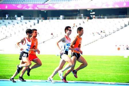 視覚障害の選手と、「G(ガイド)」のベストを着て走る伴走者(2014年仁川アジアパラ競技大会にて撮影)