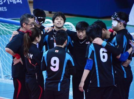 試合前、円陣を組む日本チーム