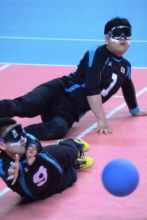 9番川嶋悠太選手が相手の攻撃を防ぐ
