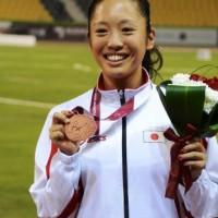 銅メダルを手に笑顔の高桑選手
