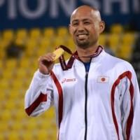 男子(T42)山本篤選手 表彰式で金メダルを片手に笑顔