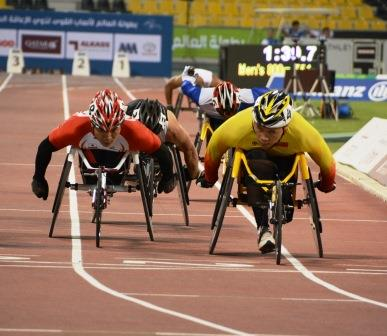 800m予選、樋口政幸選手(写真左)