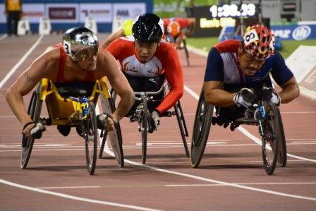男子(T54)800m予選 タイのTanaRawat選手(右)、鈴木朋樹選手(中央)、HugMarcel選手(左)