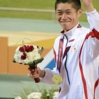 表彰台で、客席に向かって手をあげる中川選手