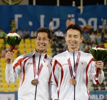 銅メダルを手にした和田(右)と中田(左)