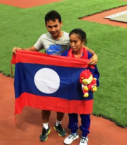 アセアンパラゲーム T13クラス・女子400mのメダリスト・ポンさん(写真右)と、コーチのトゥンさん。
