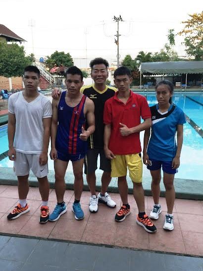 羽根裕之さん(写真中央)。写真左から、キャンさん、ゴンさん、羽根さん、サイさん、ポンさん。 練習場近くの民間のプール、ジム(国の援助で無料使用)にて。