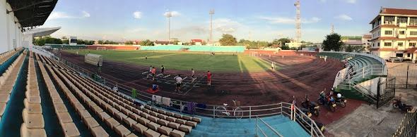 ラオスの選手たちが練習場にてしているスタジアム。右端の白い壁の建物がスポーツ省の建物。