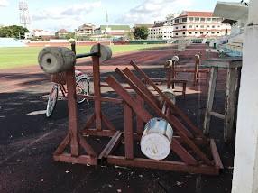 手作りのウエイト器具。 物資不足は工夫で補っている。