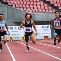 100m(T42)大西瞳選手(写真右)