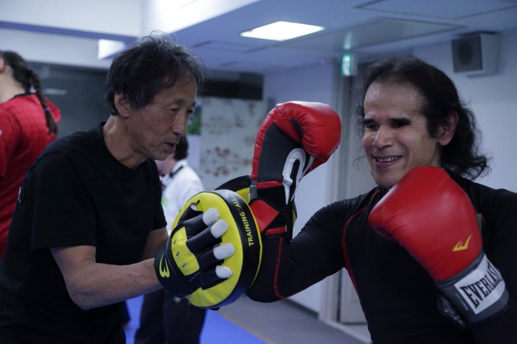 ブラインドボクシングの体験会で指導する佐野雅人さん(左)