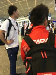 スイスで開催されるパラジュニア世界陸上へ出発する反町公紀選手(右)とコーチの関口紘樹さん(左)