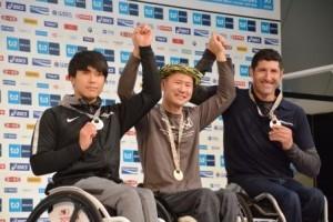 2位の鈴木朋樹選手(写真左)、山本浩之選手(中央)、エルンスト・バインダイク選手(写真右)