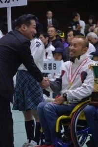 表彰式で笑顔の1区 廣道純選手
