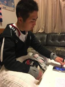 自宅でスマホで勉強する反町公紀選手 (写真提供:反町由美さん)