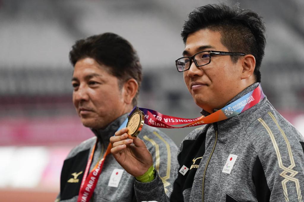 金メダルの佐藤友祈(右)、銀の上与那原(左)