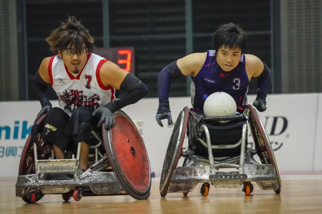 持ち前のスピードで日本代表のエース池崎(左)に挑む橋本(右)