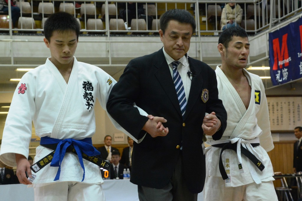 男子66kg級瀬戸(左)が藤本(右)を破り、優勝