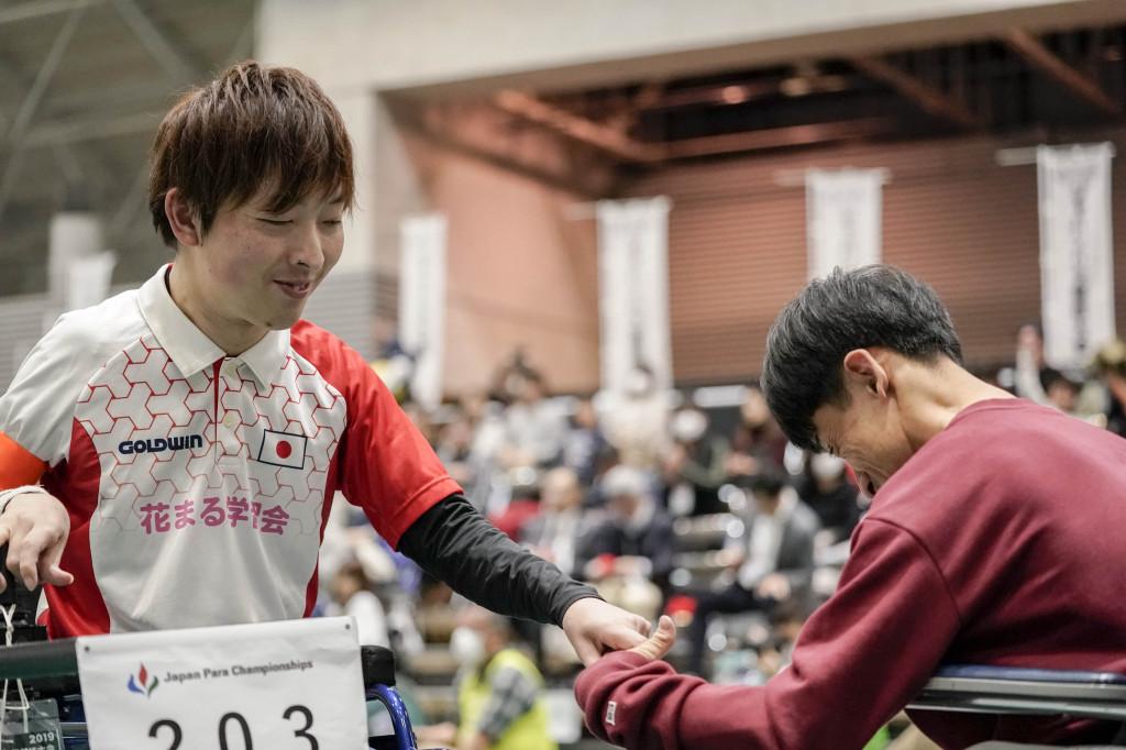 試合終了後、韓国の選手と握手する杉村英孝選手