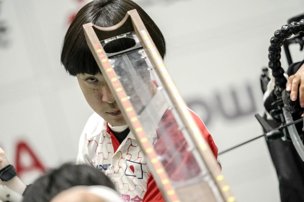 ランプの方向を指示して狙いを定める高橋和樹選手