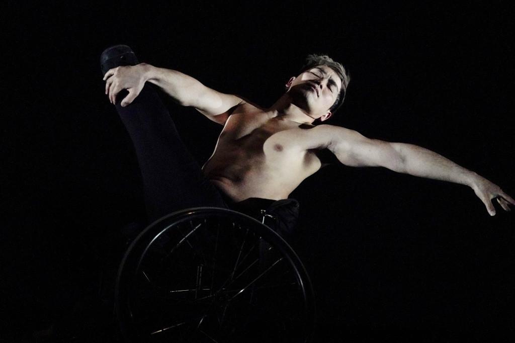 車いすを使ったダンスを披露。大前氏にとって車いすも新しいチャレンジ