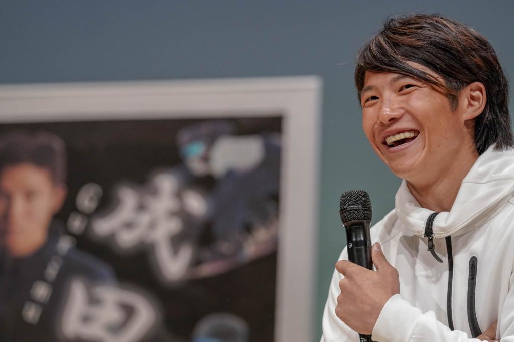 トークショーで話す成田選手