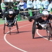 銀色のヘルメットがトレードマーク、優勝したマルセル・フグ選手(右)と2位の鈴木朋樹選手(左)