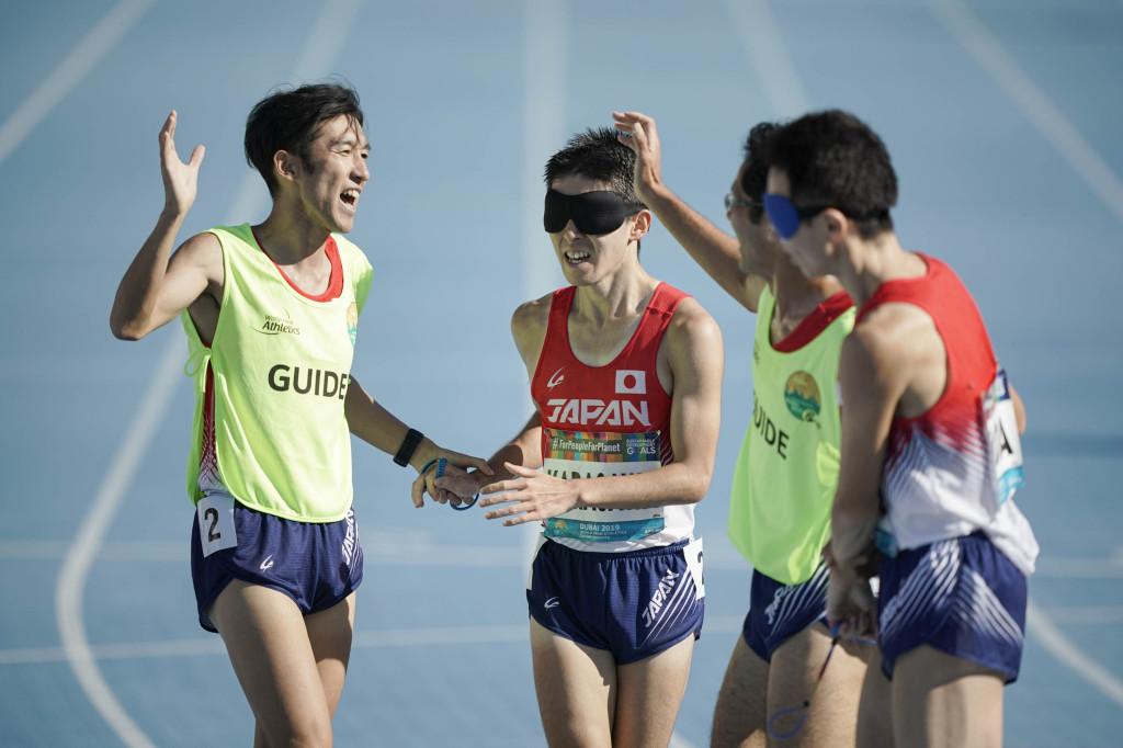 ゴールの後の唐澤選手(中央)